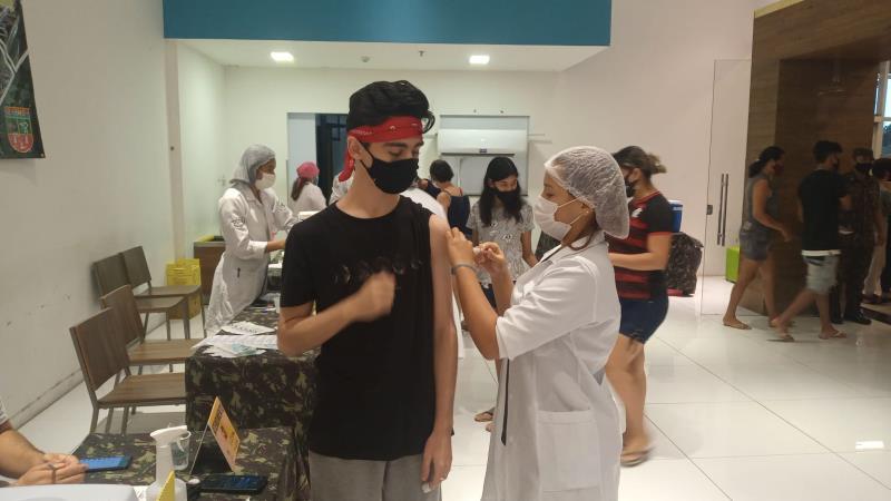 Cristiano Mendonça de 15 anos recebendo sua primeira dose da vacina contra a covid-19.