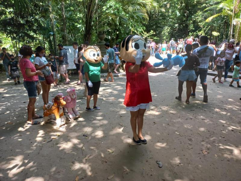 Personagens de histórias infantis animaram os visitantes do Bosque no Dia das Crianças.