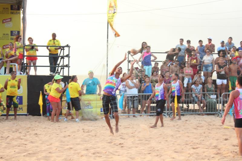 A grande final do torneio de queimada gay  transformou a praia do Farol em cenário para as seis seleções finalistas.