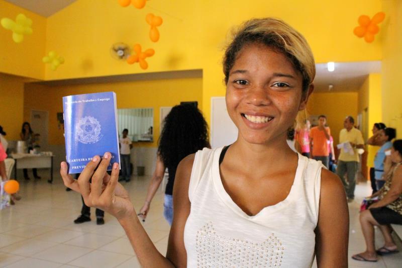 Moradora do bairro das Águas Lindas, em Ananindeua, Elivana Pinto, 18 anos, conseguiu tirar a Carteira de Trabalho e Previdência Social