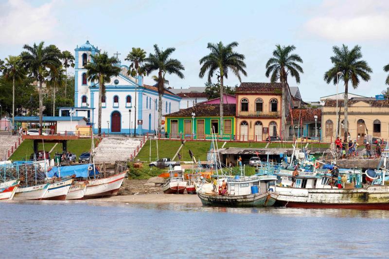 Situada a 210 quilômetros de Belém, Bragança (foto), no nordeste do Pará, é conhecida pela Marujada, a Festa de São Benedito e a praia de Ajuruteua. Conhecida como Pérola do Caeté, por estar localizada às margens do rio homônimo, a cidade, uma das mais antigas do Estado.