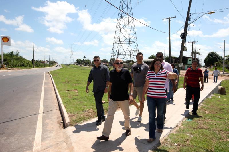 Ao lado da secretária Noêmia Jacob (Sedop), e equipe técnica, o governador vistoriou os últimos detalhes para finalização da via