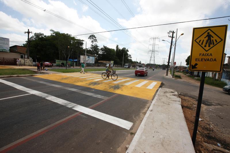 Para dar mais segurança na pista, o projeto optou por, nos pontos onde o fluxo de pessoas é mais intenso, fazer uma passarela de pedestres elevada