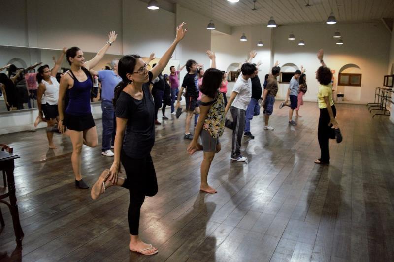 A coreógrafa Marília Viegas Araújo ensinou aos participantes exercícios de alongamento, de coordenação motora e de ritmo