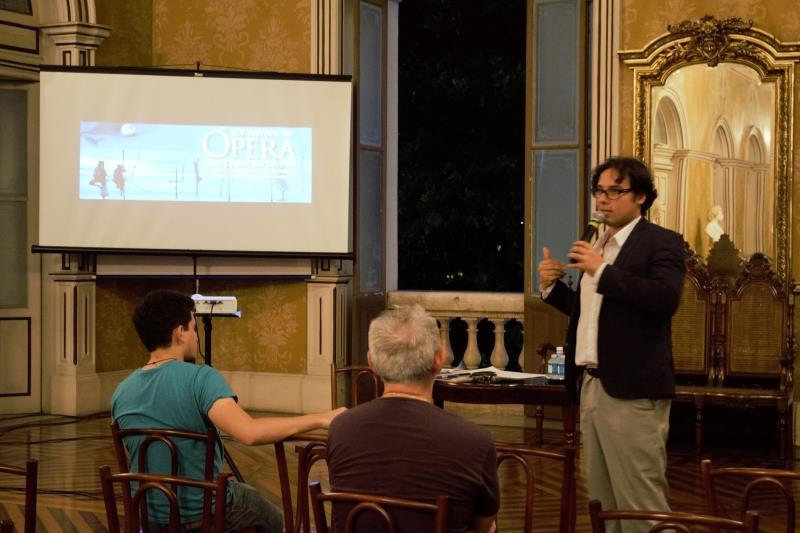 "O maestro Miguel Campos Neto, titular da Orquestra Sinfônica do Theatro da Paz (OSTP), abordou a palestra ""A Regência Operística"""