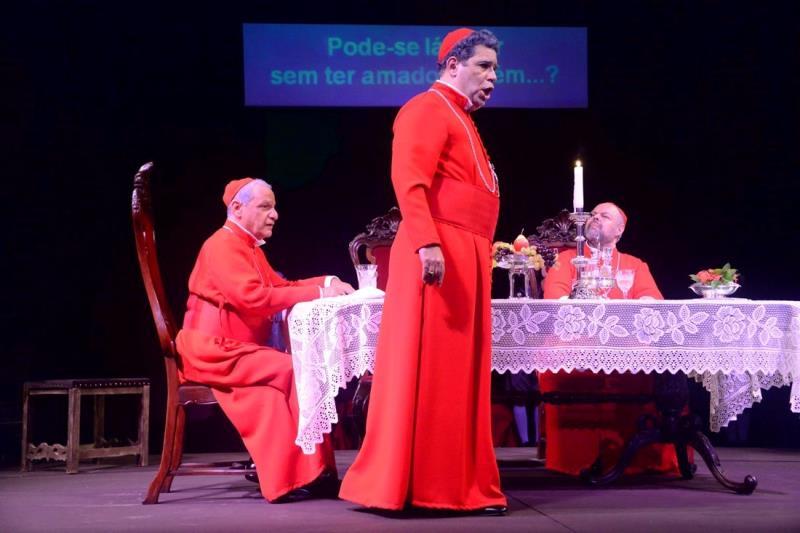 O baixo Carlos Eduardo Marcos, o tenor Paulo Mandarino e o barítono Inácio de Nonno representam os três cardeais da ópera