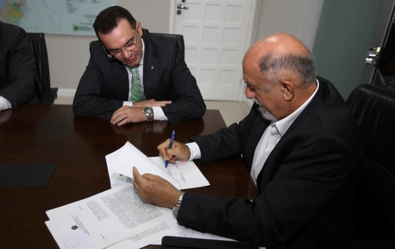 O defensor público geral, Luis Carlos de Aguiar Portela (e), e o titular da SPU no Pará, Jorge Panzera, participaram da assinatura do contrato