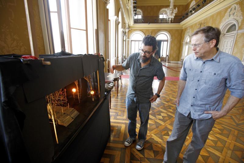 Fazem parte do corpo técnico da ópera o cenógrafo Cássio Amarantes (esquerda) e Fernando Meirelles (direita), responsável pela direção cênica