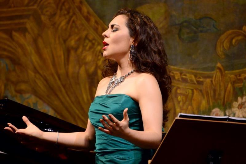 A soprano paraense Carmen Monarcha, uma das principais solistas da Orquestra Johann Strauss, foi aplaudida de pé pelo público