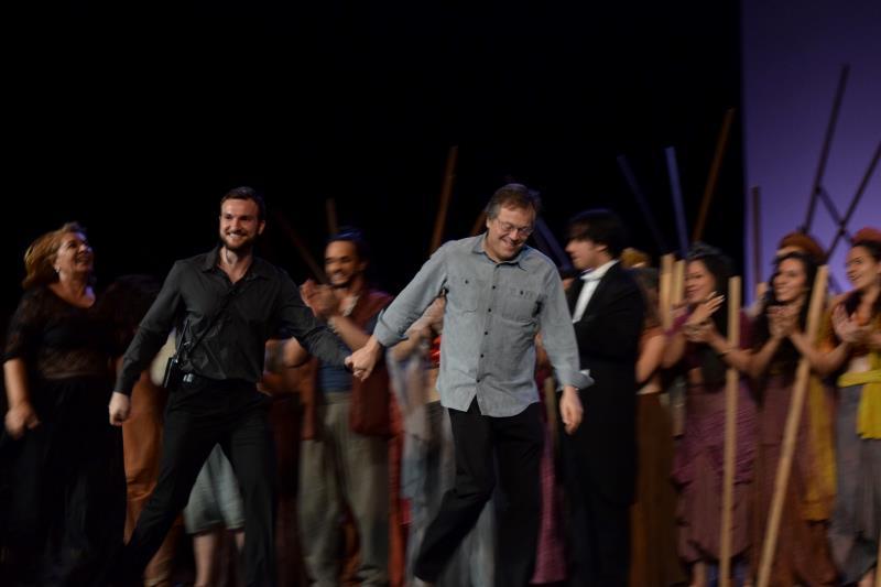 """Elenco, equipe técnica e plateia entoaram juntos a canção """"Parabéns a Você"""", que foi acompanhada pela Orquestra Sinfônica do Theatro da Paz."""