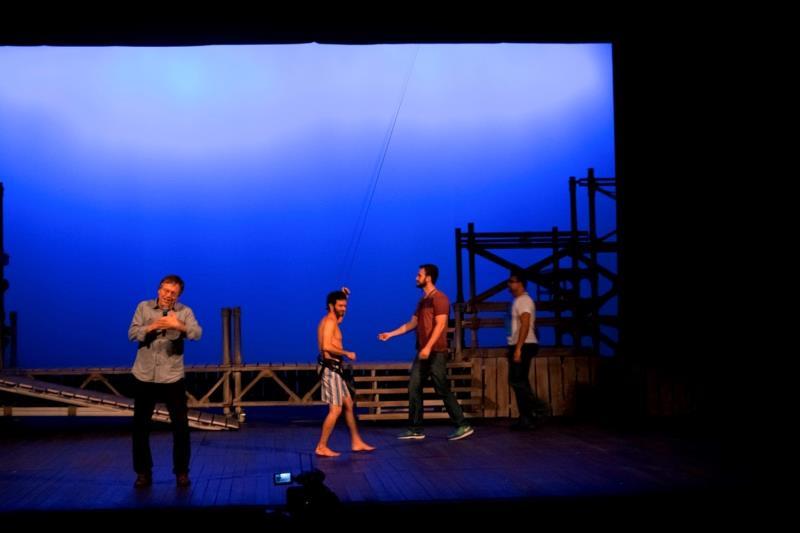 """Fernando Meirelles mostrou como é feito o içamento dos dois artistas que fazem o papel de pescadores na ópera """"Os Pescadores de Pérolas"""""""