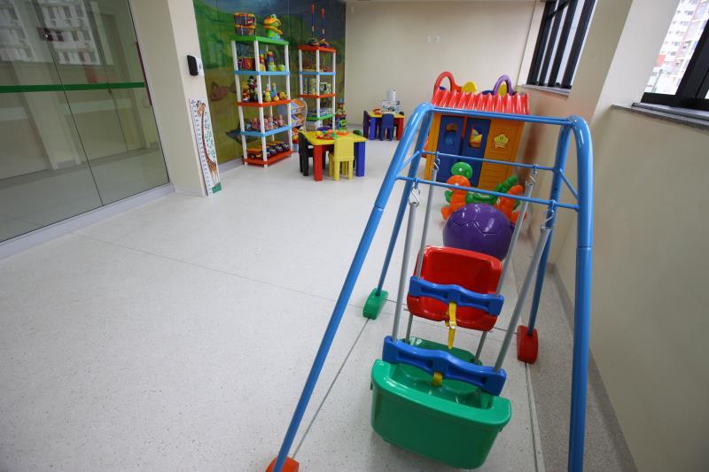 O projeto do novo hospital incluiu ambientes destinados especialmente às crianças, como biblioteca, brinquedoteca e um solário.