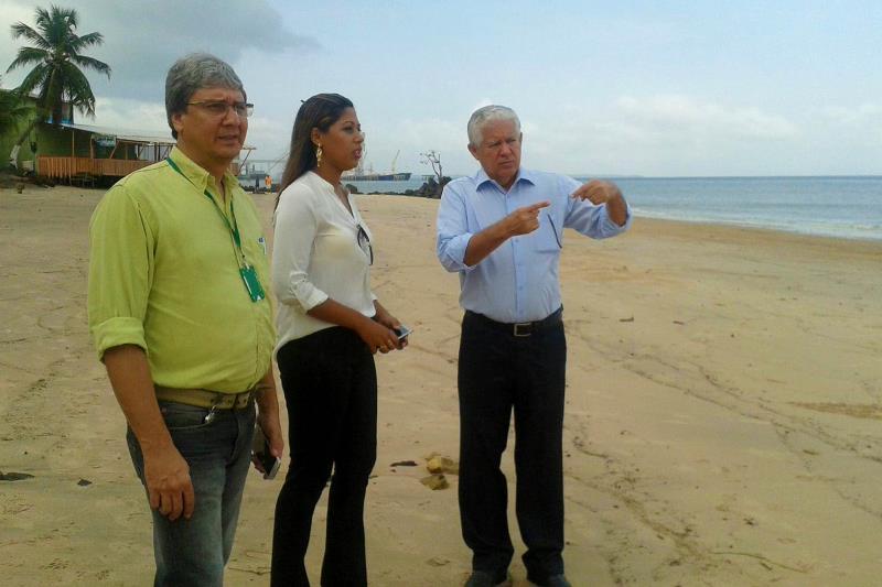 O secretário de Estado de Turismo, Adenauer Góes (d), acompanhado de técnicos da Setur, Sespa e Seaster, visitou as praias do Conde e Caripi