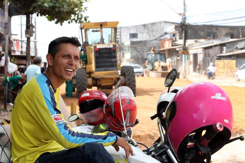 O mototaxista Cleyton Goes nasceu e cresceu no loca, e afirma que a duplicação da avenida vai beneficiar o próprio trabalho