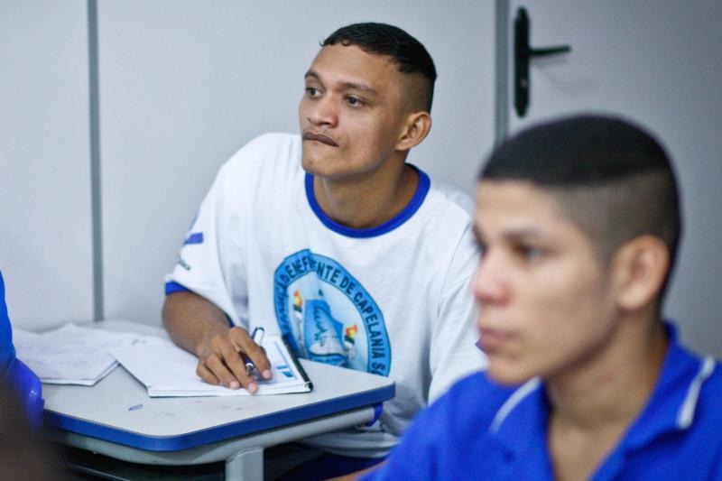 """""""O que eu quero é poder aprender uma profissão nova pra, quando sair daqui, dar uma vida melhor para minha esposa"""", diz o interno Ivo dos Santos"""