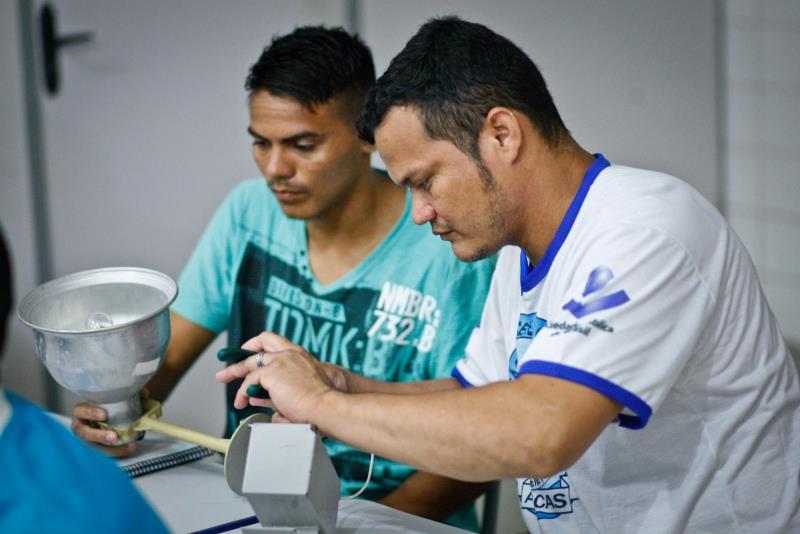 Sandro Nascimento (à direita), 31 anos, conta que se interessou pelo curso para atualizar os conhecimentos que já tinha sobre os serviços