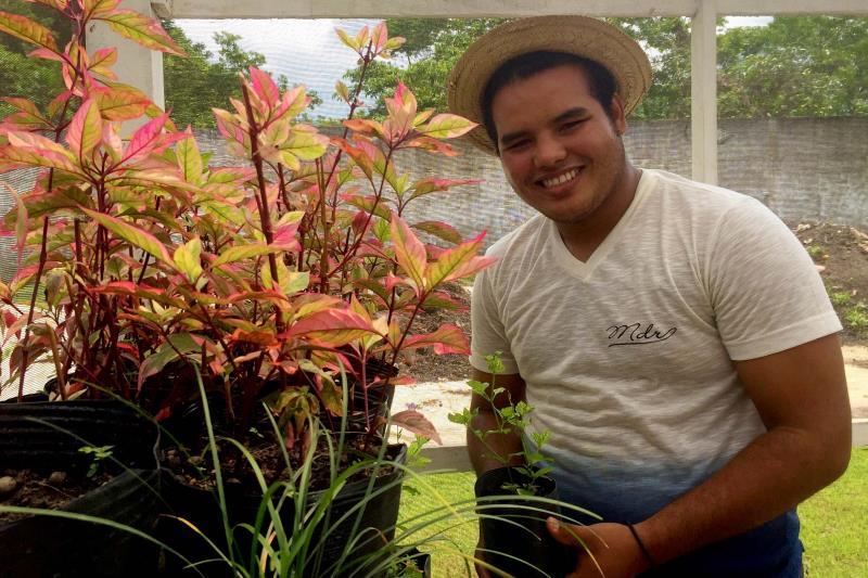 O jovem João Ferdinando teve a primeira experiência com floricultura e disse que aprendeu muito durante um mês de curso