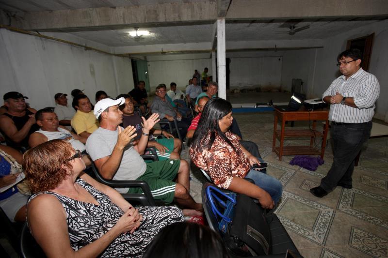 O diretor de saneamento da Sedop, Denys Ribeiro (em pé), informou que todas as etapas estão previstas no cronograma de obras