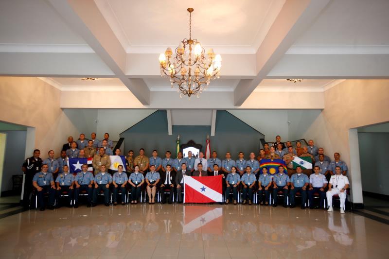 Entre os 50 alunos da turma estão militares da Marinha, Exército, Aeronáutica e Corpo de Bombeiros, agentes da Polícia Federal e Guarda Municipal, e policiais do Maranhão, Tocantins, Paraná e Pernambuco
