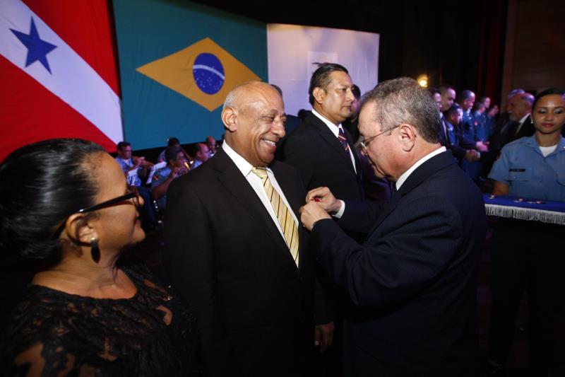 O vice-governador, Zequinha Marinho também participou da cerimônia e entregou a medalha aos homenageados