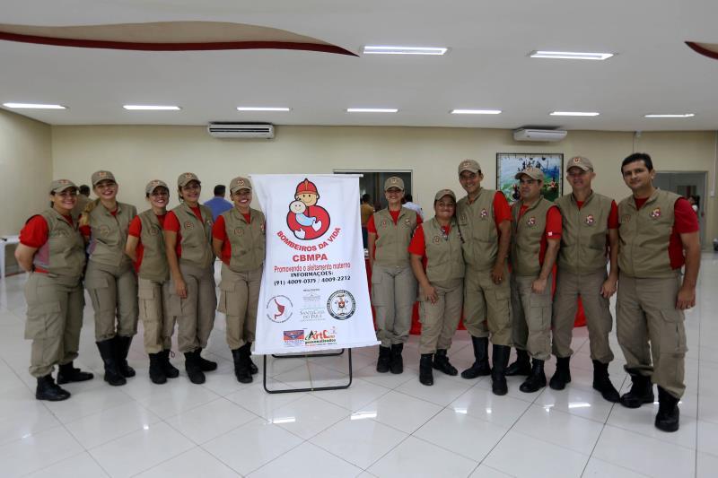 Nesta sexta-feira (5), o Corpo de Bombeiros Militar do Pará (CBMPA) comemora os 15 anos de implantação do Projeto Bombeiros da Vida. Idealizado pelo Ministério da Saúde, o projeto surgiu com o objetivo de ampliar e complementar a coleta do leite humano a partir de uma parceria com o Banco de Leite da Fundação Santa Casa de Misericórdia do Pará. Na foto, equipe que trabalha na arrecadação do leite.  FOTO: SIDNEY OLIVEIRA / AG. PARÁ DATA: 05.05.2017 BELÉM - PARÁ